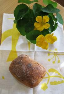 全粒粉パンと金蓮花
