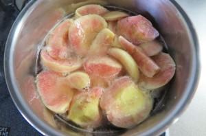 ワインで桃を煮る
