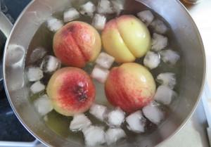 冷水に桃を取る