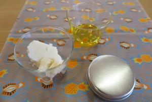 シンプルクリームの材料と容器